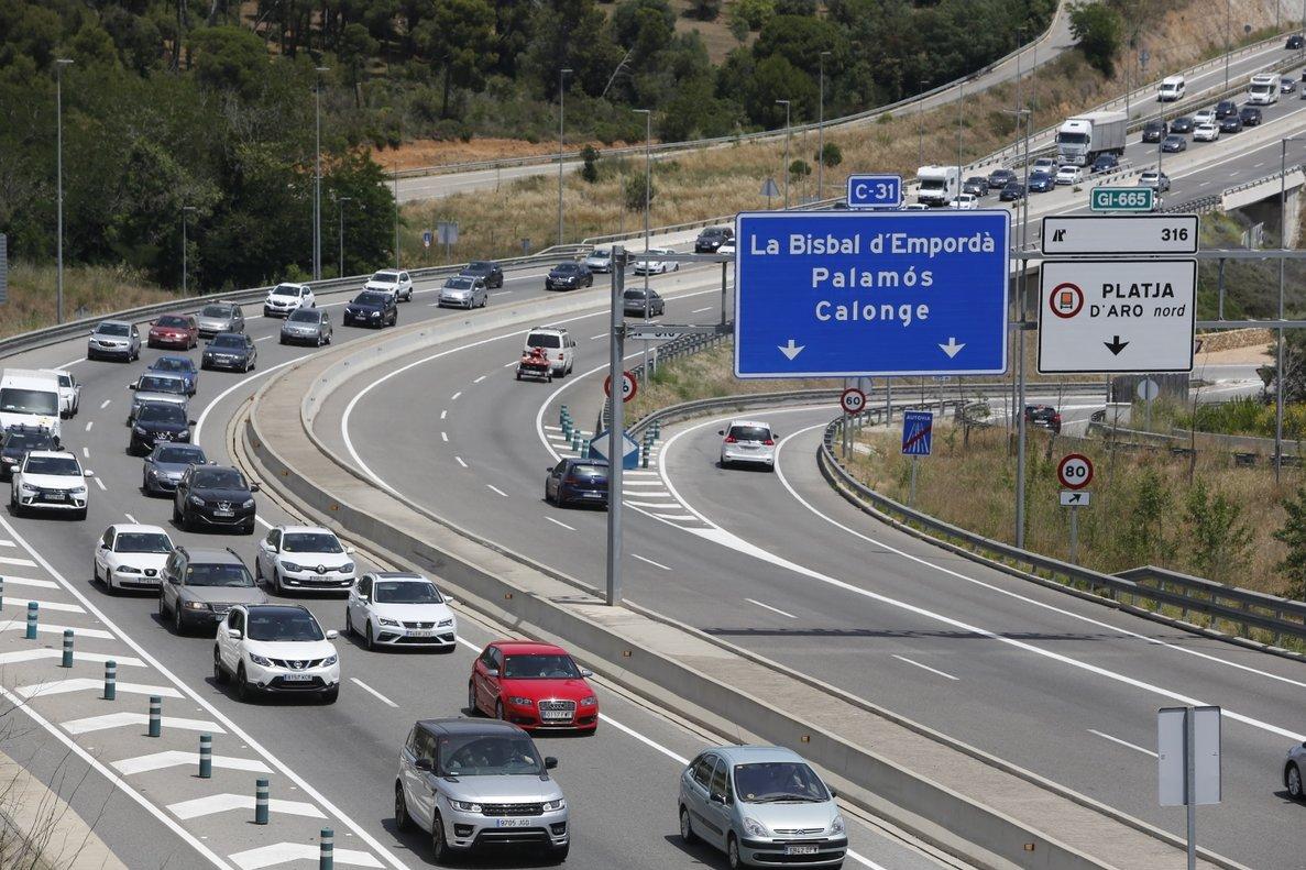 Operación retorno de Sant Joan en la carretera C-31 desde Platja d'Aro hacia Barcelona.