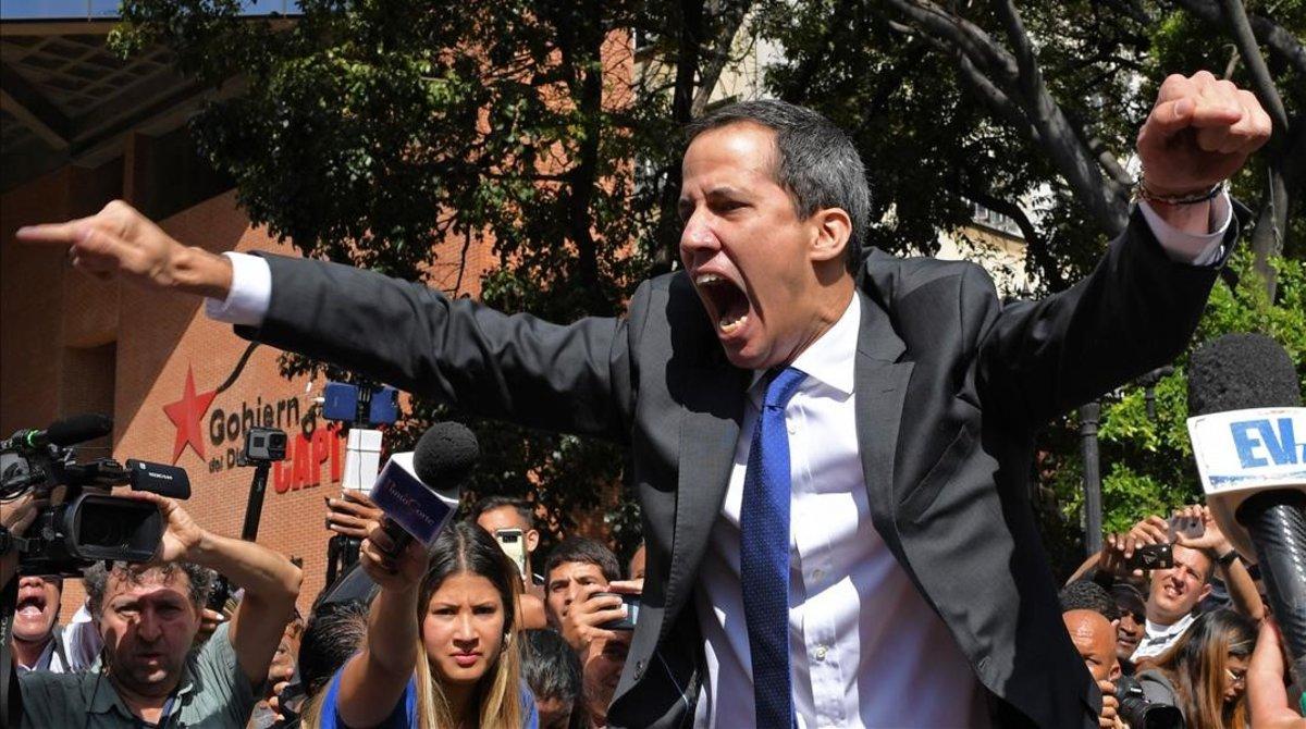 El opositor Juan Guaidó a la entrada de Asamblea Nacional.