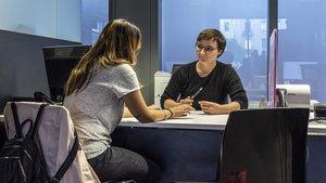 Orientación personalizada entre la abogada y mediadora Núria Serra y una usuaria del servicio de orientación jurídica (SOJ).
