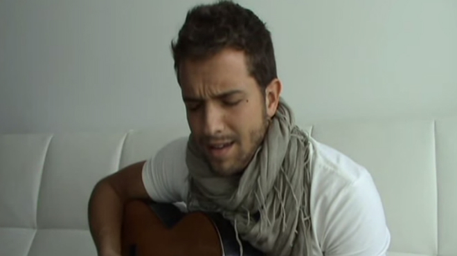 Pablo Alborán cantando Solamente tú, el vídeo que le dio a conocer en Youtube.