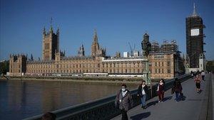 El puente de Westminster con el edificio del Parlamento británico al fondo.