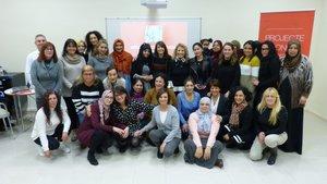 Participantes del programa Mujeres por la ocupación junto a la alcaldesa y la presidenta de Cruz Roja Gavà