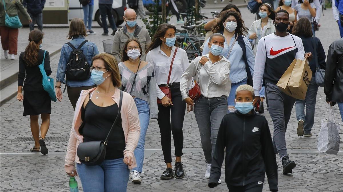 Peatones por las calles de París, este viernes.