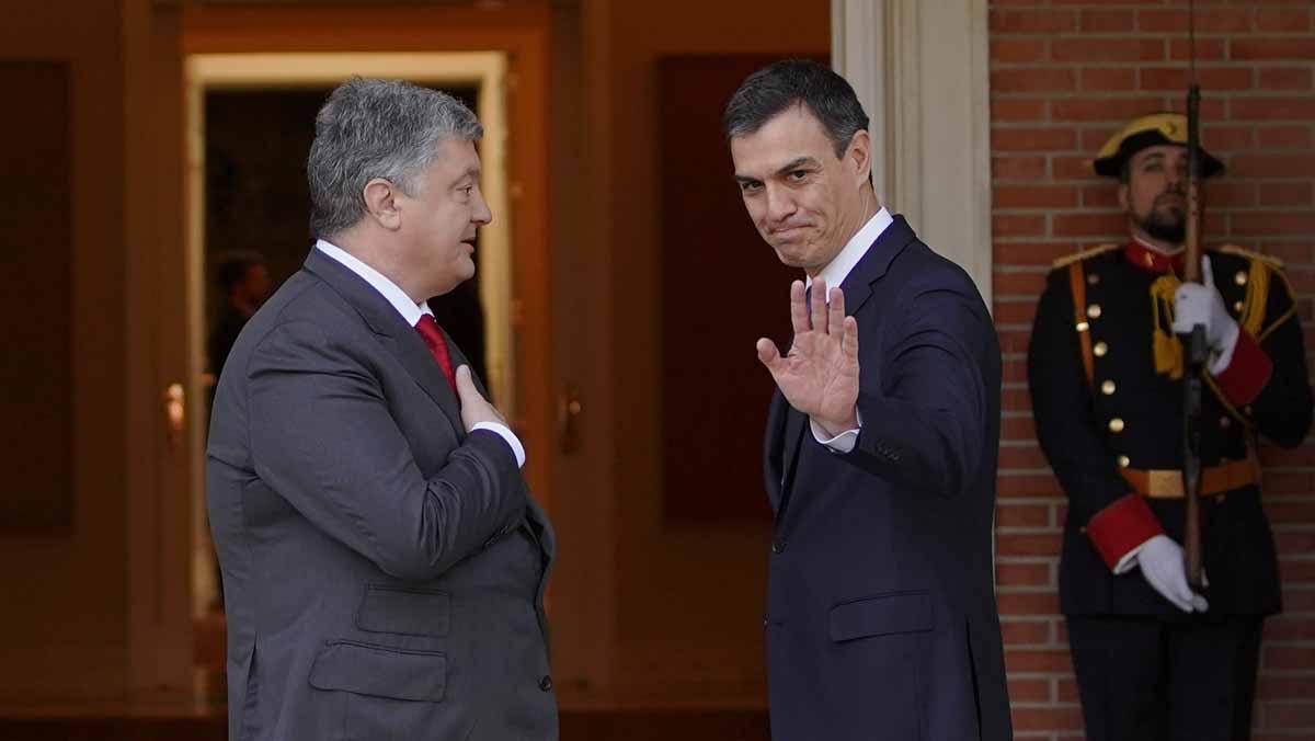 El presidente Sánchez ha recibido a Poroshenko en lo altode la escalinata.