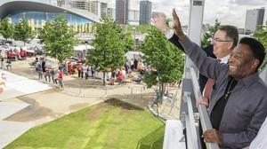 Pelé saluda a unos aficionados en su visita a Londres este jueves.