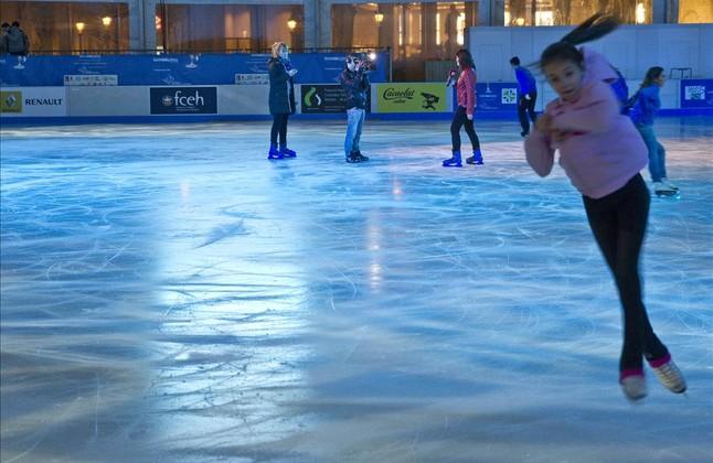 Una joven patinadora en la pista de hielo de plaza de Catalunya. el pasado diciembre.