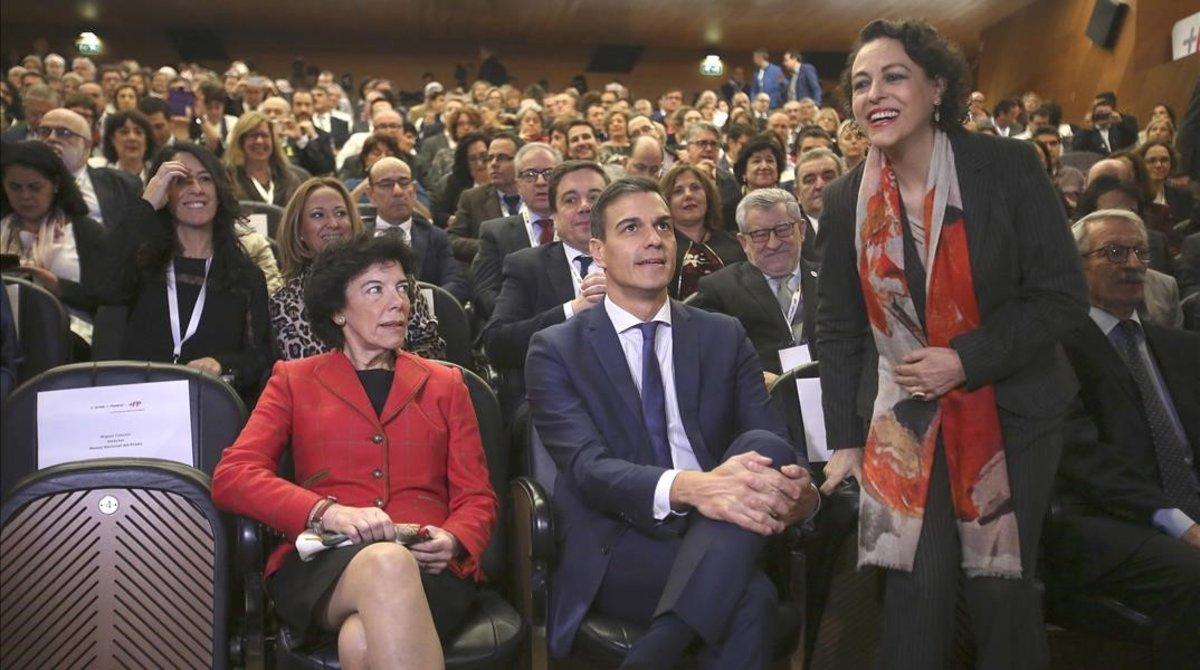 El presidente del Gobierno, Pedro Sánchez, entre las ministras de Educación, Isabel Celaá (izquierda) y Trabajo, Magdalena Valerio, durante la jornada 'FP:Futuro y Progreso', celebrada en el Museo del Prado.