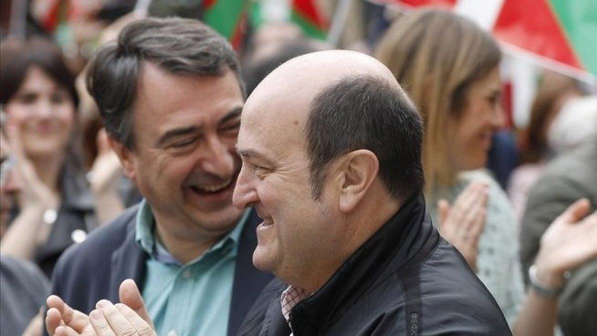 El presidente del PNV, Andoni Ortuzar, y el portavoz en el Congreso, Aitor Estaban, durante un acto electoral hace meses.