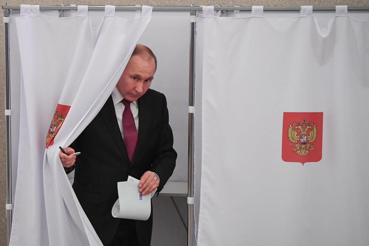 Vladimir Putin se dispone a depositar su voto en las elecciones presidenciales rusas.