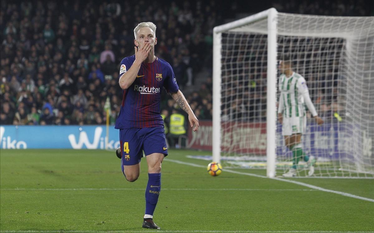 Rakitic celebra después de marcar en el Villamarín