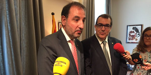 Ramon Espadaler y Jordi Jané atienden a los medios en el traspaso de cartera en la Conselleria de Interior, este lunes.