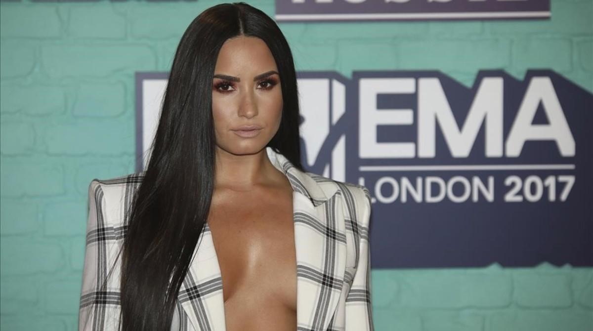 Demi Lovato posa en la alfombra roja de los Premios MTV.