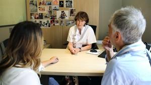 Una especialista de la clínica Dexeus atiende a la pareja italiana que ha viajado a Barcelona a someterse a un proceso de fecundación.