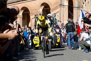 Primoz Roglic, camino de su victoria en la primera etapa del Giro.