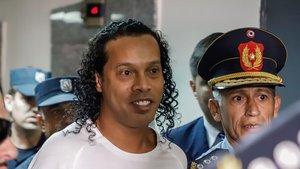 Ronaldinho, coducido por la policíaal Palacio de Justicia de Asunción.