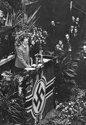 Rosenberg da un discurso en la Asamblea Nacional francesa, el 18 de noviembre de 1940, ante representantes de la Wehrmacht y el partido nazi.