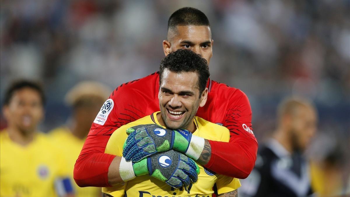 Alves, con Areola detrás, en el partidodel PSG contra el Burdeos de este domingo.
