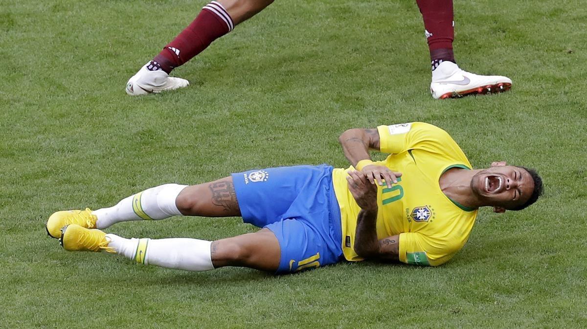 Neymar se dueletras una entrada del mexicano Edson Álvarez.
