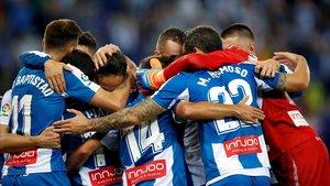 Los jugadores del Espanyol forman una piña para celebrar un gol ante el Villarreal en Cornellà.