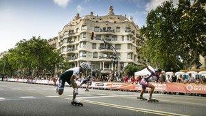 Una de las carreras de 100 metros de patinaje disputada en el paseo de Gràcia este sábado.