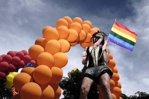 SJS07. SAN JOSÉ (COSTA RICA), 25/6/2017.- Una persona trans participa hoy, domingo 25 de junio de 2017, en el desfile del Orgullo en San José (Costa Rica). Cientos de personas marcharon hoy en Costa Rica para celebrar la diversidad y exigir respeto a los derechos humanos de la población lésbica, homosexual, bisexual, transexual e intersexo (LGBTI). EFE/Jeffrey Arguedas