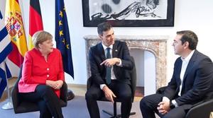 GRAF361. BRUSELAS, 29/06/2018.- El presidente del Gobierno español, Pedro Sánchez, inició hoy la última jornada del Consejo Europeo con una reunión con la canciller alemana, Angela Merkel, y el primer ministro griego, Alexis Tsipras (d). Tras participar ayer en el debate de la cumbre, que duró catorce horas debido a la dificultad de encontrar un consenso en materia de inmigración, tanto Sánchez, como Merkel y Tsipras analizaron en una reunión en la sede del Consejo el acuerdo logrado finalmente por los líderes europeos. EFE/Horst Wagner