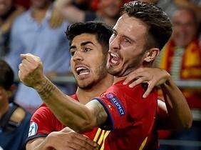 Saúl y Asensio celebran uno de los tres goles del rojiblanco durante la semifinal ante Italia.