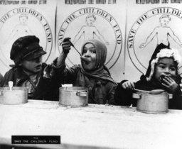 En 1921, Save the Children apoyó con 600 toneladas de ayuda a niños y niñas afectados por la hambruna en Rusia.