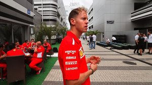 Sebastian Vettel camina frente al box de Ferrari en Sochi (Rusia).