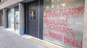 La sede de TV-3 en Lleida, con pintadas este lunes.
