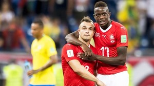 Los suizos Shaqiri y Zakaria, satisfechos por el 1-1 con Brasil.