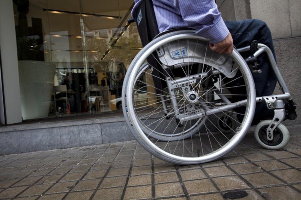 Un discapacitado en silla de ruedas.