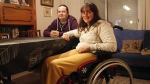 Silvia Pérez, una mujer discapacitada de Horta, acompañada de su asistente personal, David Rovira.