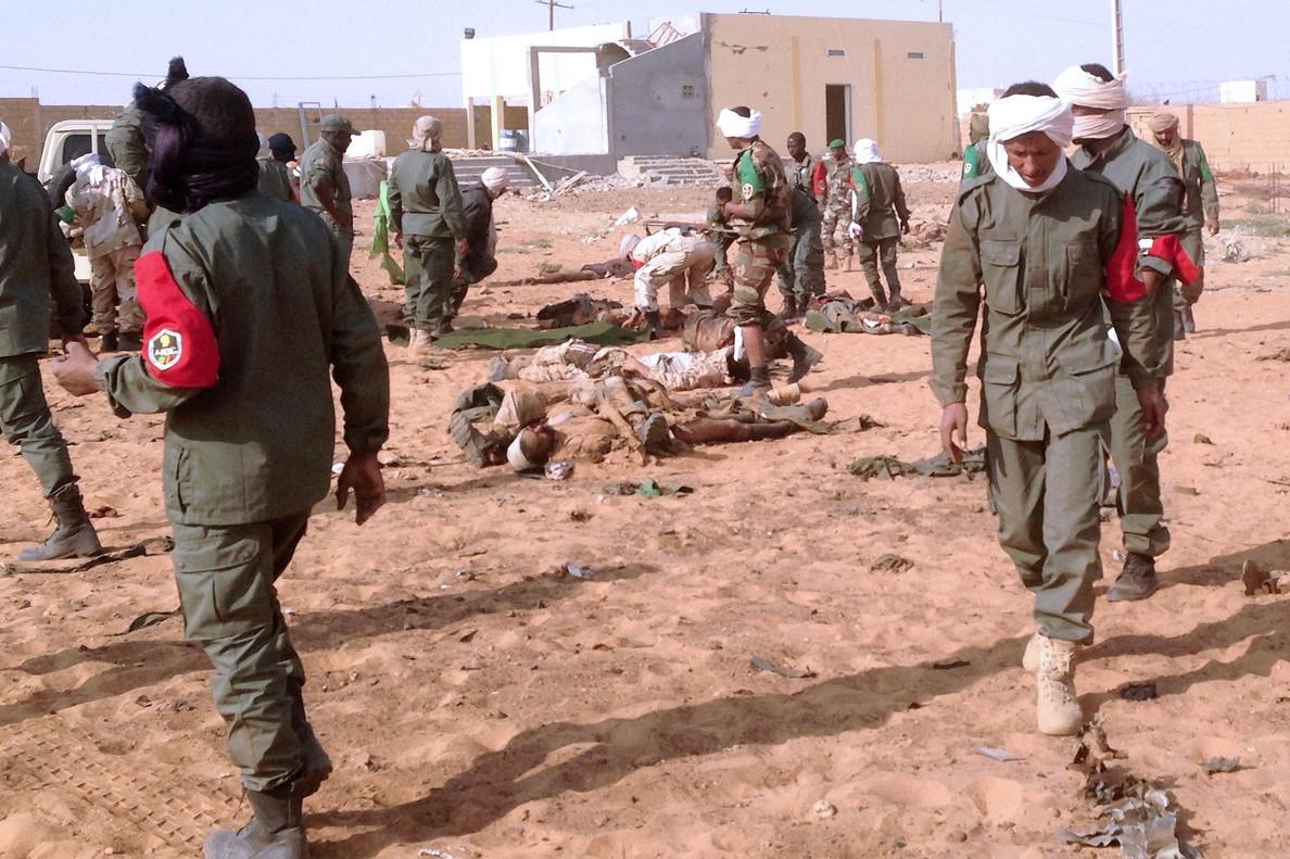 Soldados malienses atienden a los heridos y víctimas en las inmediaciones del lugar del atentado, en Gao, este miércoles.