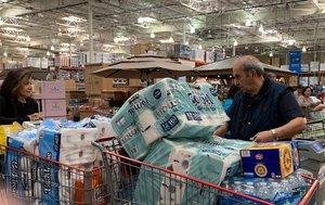 Miles de unidades de papel higiénico, jabón de manos, gel desinfectante y papel de cocina desaparecieron a primera hora de la mañana del viernes.