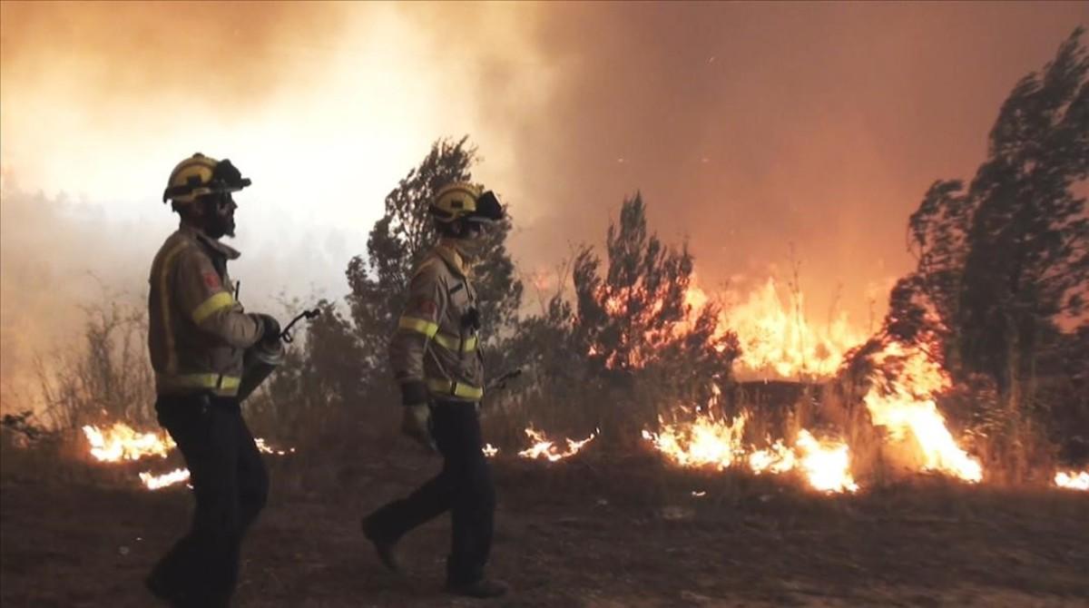 Un grupo de bomberos luchan contra un incendio, en un episodio de Emergències.