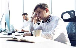 Un trabajador con ansiedad en la oficina.