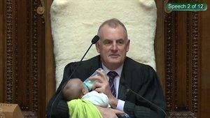 El presidente del Parlamento de Nueva Zelanda,Trevor Mallard, con el hijo del diputado en plena sesión de la Cámara.