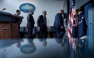 Donald Trump sale de emergencia de una rueda de prensa.
