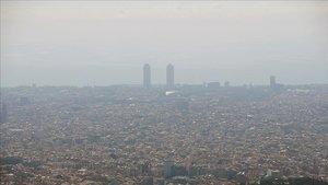 Una 'boina' de contaminación cubre la ciudad de Barcelona.