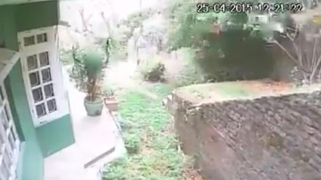 Una càmera de seguretat grava el terratrèmol del Nepal.