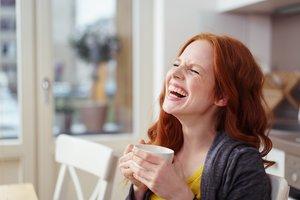 Una chica riéndose.