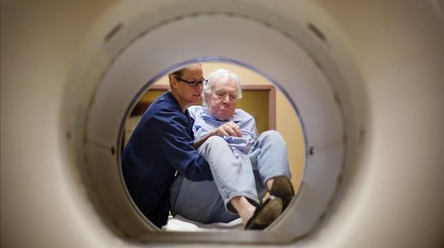 Una enfermera prepara a una paciente para someterse a una tomografía para conocer la evolución de su cáncer en un hospital de Nashville (EEUU).-