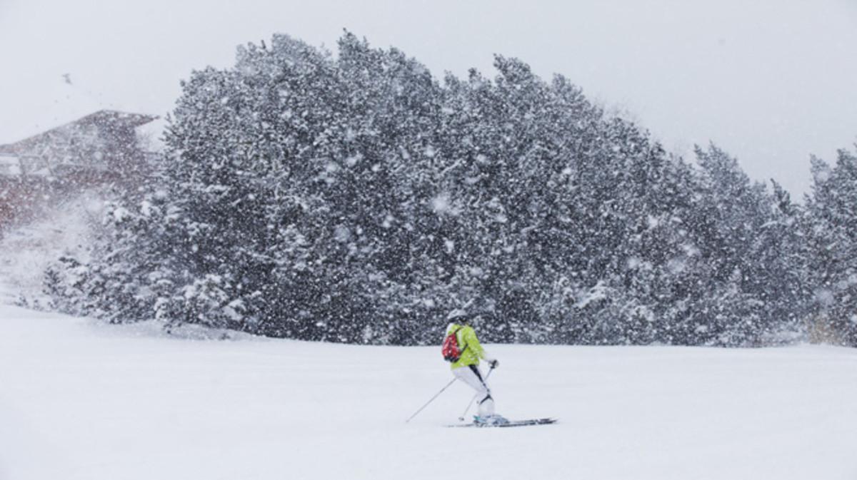Una esquiadora desciende por una pista de Grandvalira el pasado martes, en plena nevada.