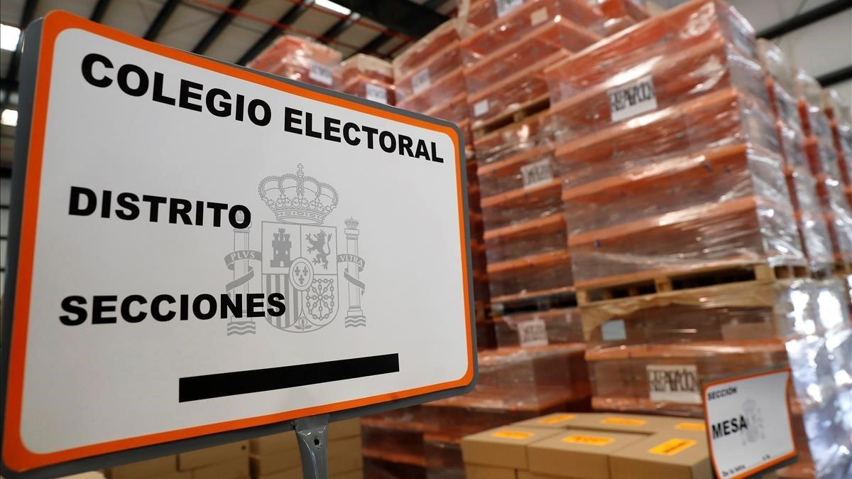 Una imagen de material electoral apilado en un centro logístico de Alcalá de Henares, en Madrid.