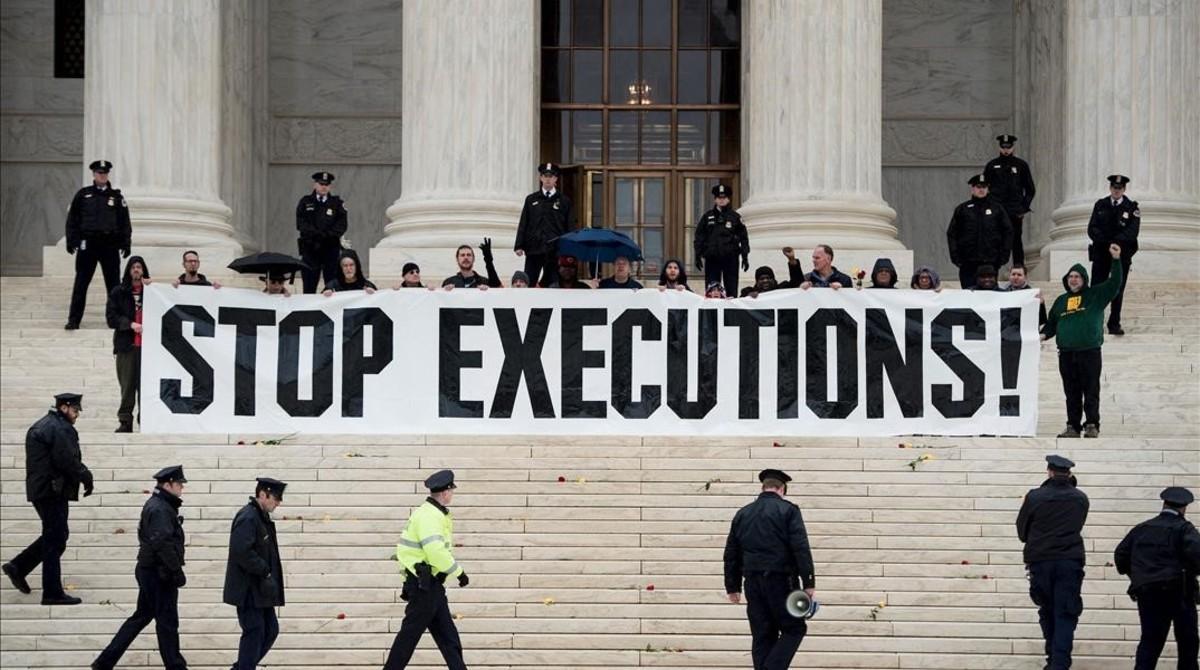 Una manifestación en contra de la pena de muerte en el Tribunal Supremo estadounidense.