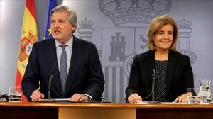 Íñigo Méndez de Vigo y Fátima Báñez, este viernes en la rueda de prensa posterior al Consejo de Ministros.