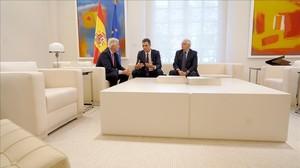 Barnier, Sánchez y Borrell, este lunes en el Palacio de la Moncloa.