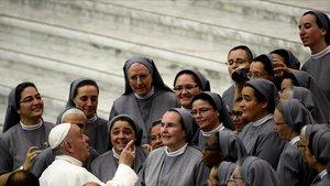 El papa Francisco habla con un grupo de monjas en el Vaticano, el 7 de agosto del 2019.
