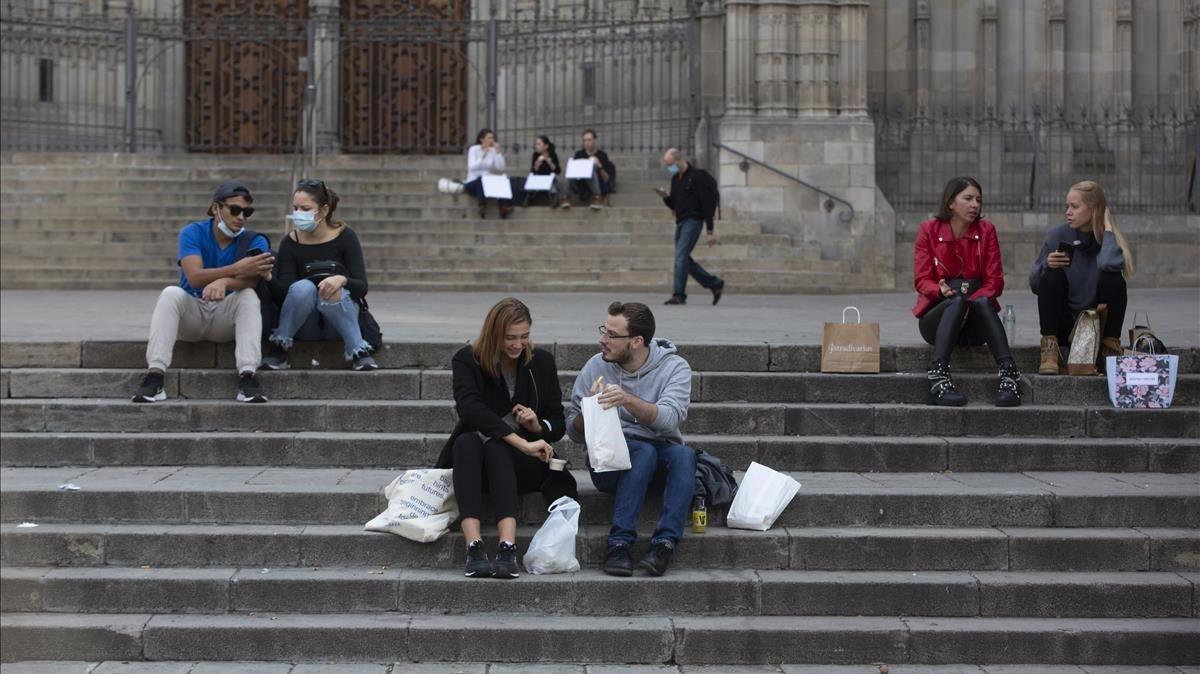 Gente comiendo en las escaleras de la calle de la Catedral de Barcelona, el 12 de noviembre.